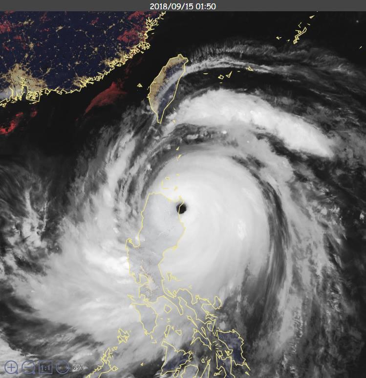強颱山竹凌晨登陸菲律賓呂宋島。 圖/擷取自鄭明典臉書