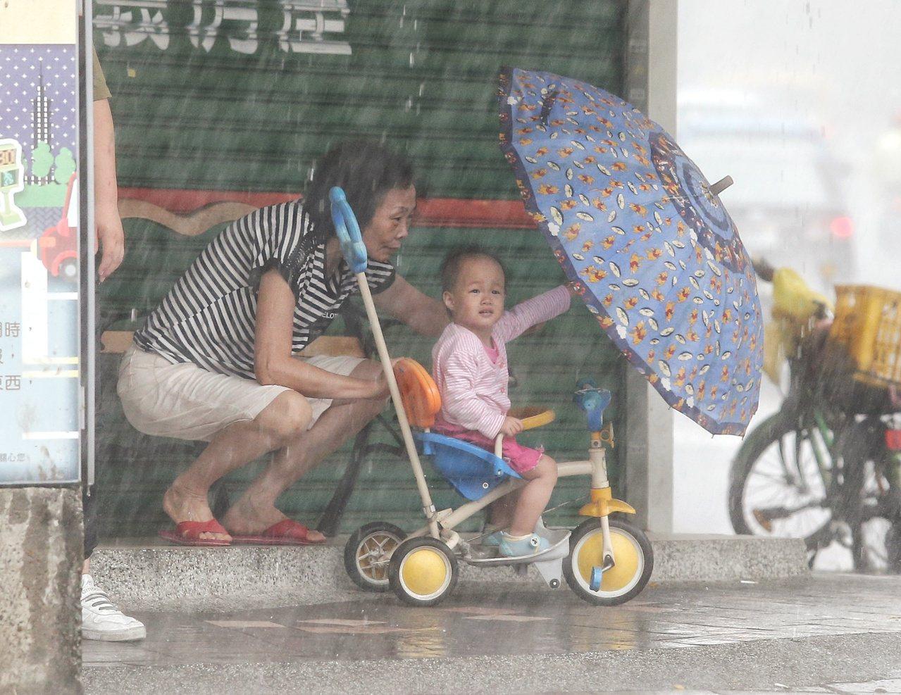 強颱山竹今天最靠近台灣,受到外圍環流影響,雙北地區今早突出現大風大雨,有家長帶著...