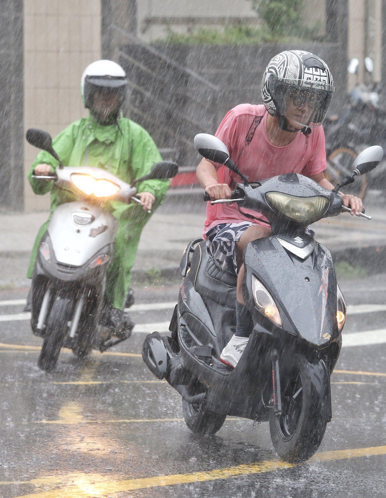 強颱山竹今天最靠近台灣,受到外圍環流影響,雙北地區今早突出現大風大雨,有民眾來不...