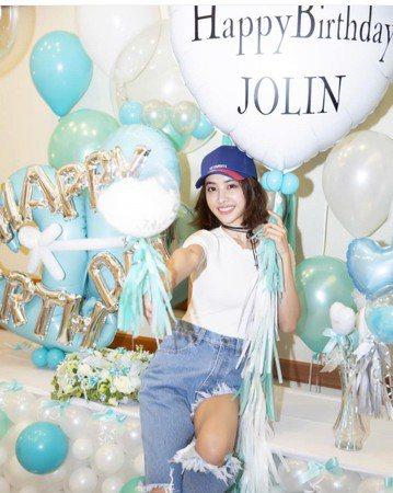 今天(15日)是蔡依林(Jolin)的38歲生日,稍早工作人員在沖繩為她慶生,剛剛驚喜影片外流,只見Jolin在打開大門後,迎面見到以滿滿氣球佈置的「生日賀禮」:大喊:「太可愛了,哇!好可愛!」接著...