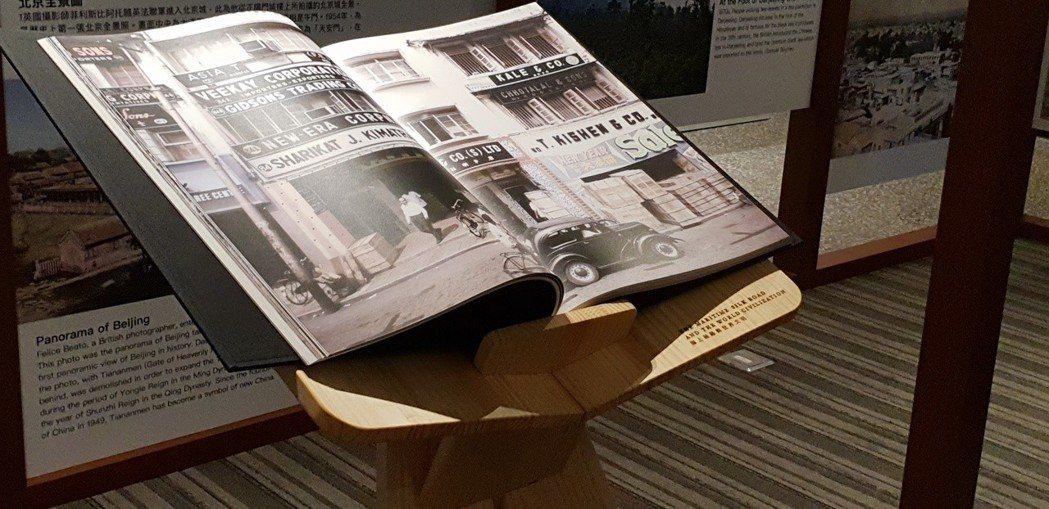 台灣出版史上最大開本的書「海上絲路與世界文明」,一般書架塞不下,因此附上專屬閱讀...