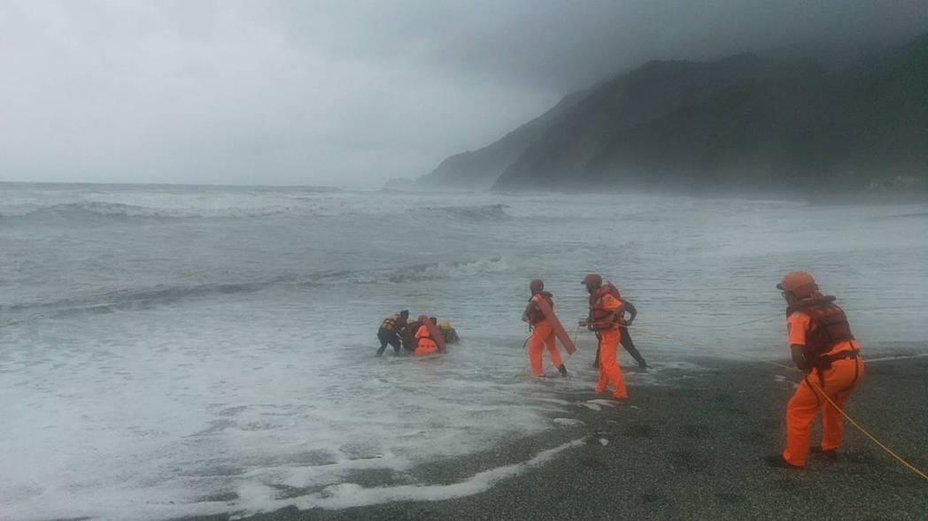 女老師的遺體北漂到10公里外的內埤海灣,海巡與消防人員打撈上岸。 圖/宜蘭縣消防...