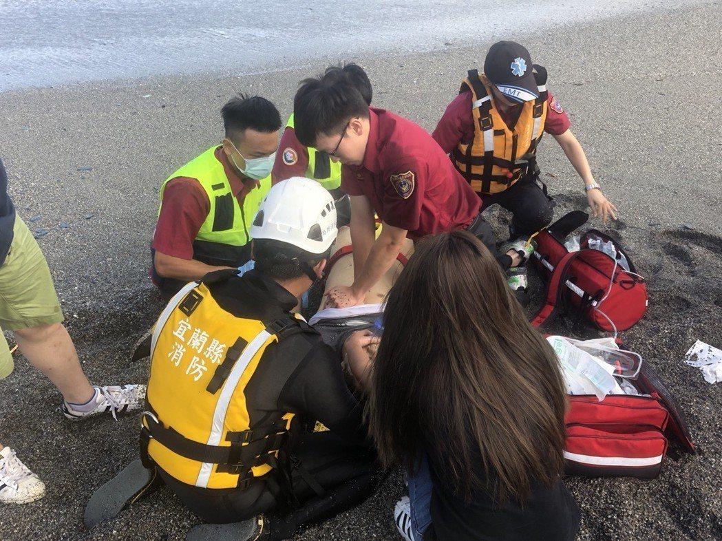 吳姓男子2日在內埤情人灣救人落海,救上岸後急救不治。 圖/宜蘭消防局提供