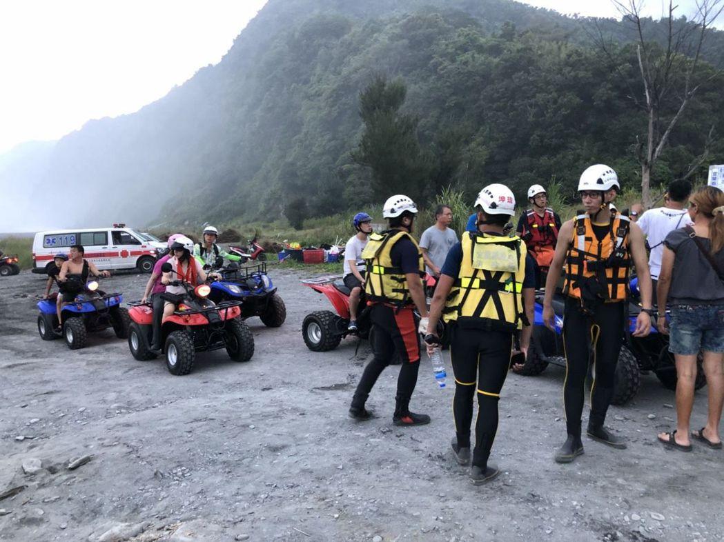 騎乘沙灘車的遊客都沒有穿著救生衣,安全堪虞。 圖/讀者提供