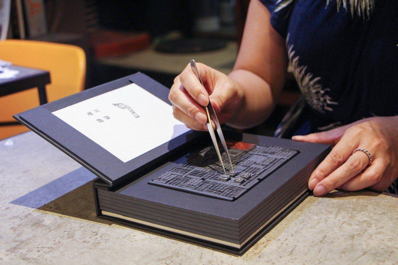 「老師傅的排版桌」以書籍重現排版師傅的排版桌。圖/遠流提供