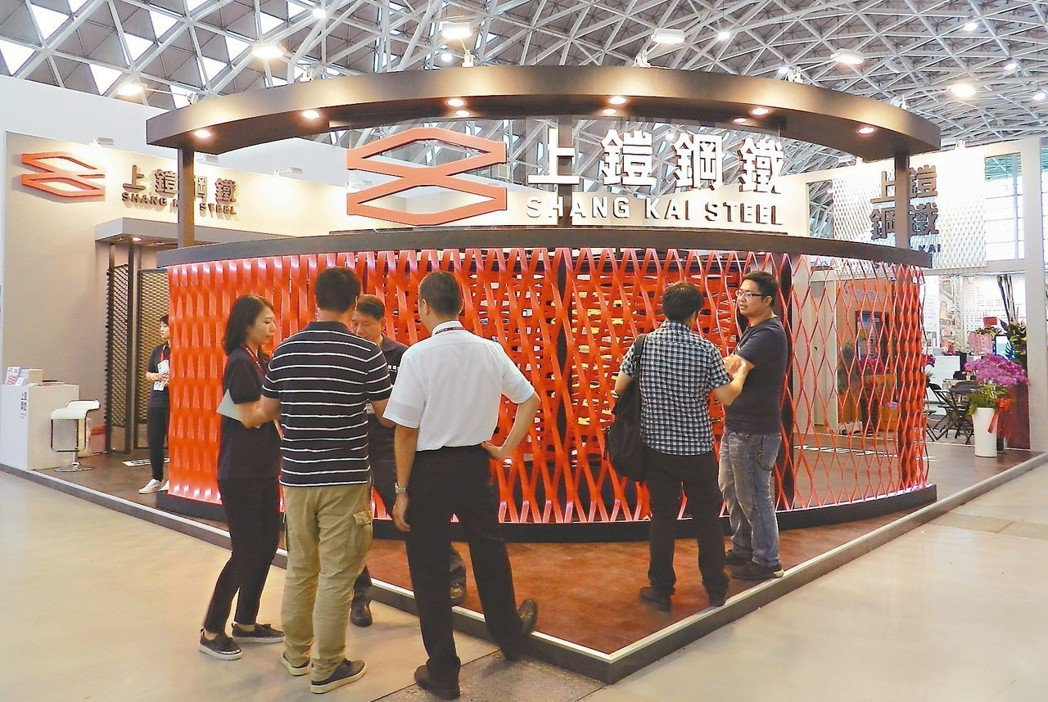 上鎧鋼鐵展示各式金屬擴張網,歡迎民眾到場一睹新品。 戴佑真/攝影
