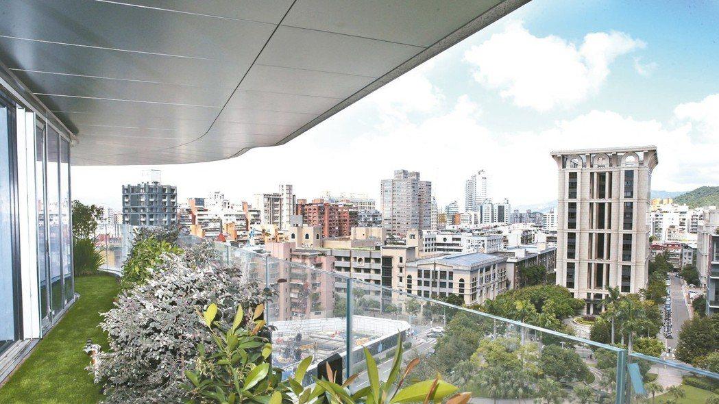超豪宅「陶朱隱園」昨日舉辦「各戶專屬庭院設計說明會」,是取得使用執照後首度公開亮...