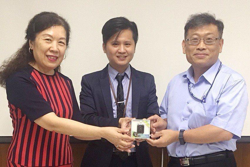 棋苓公司致贈B2B企業型手環。 桃園青創指揮部/提供