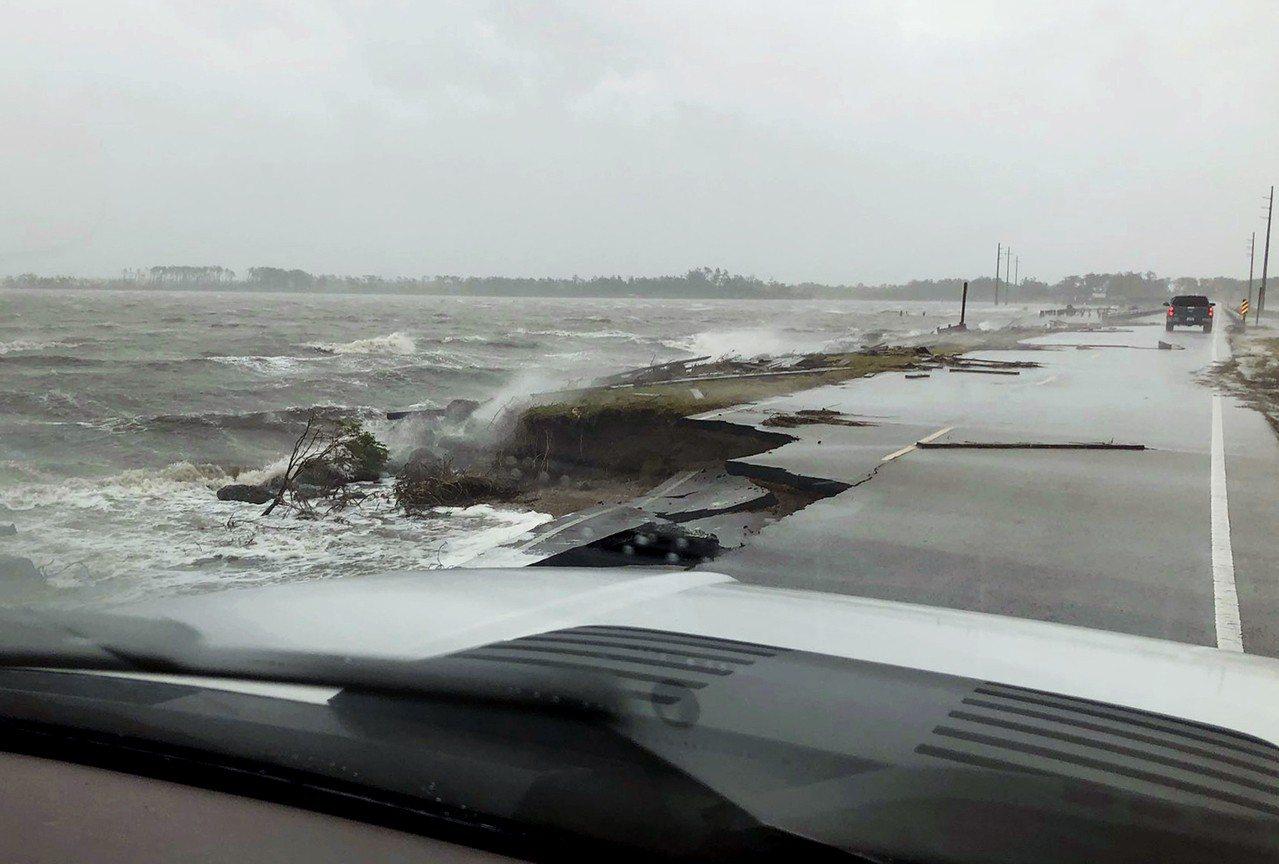 北卡河口小鎮新伯恩遭淹沒,數百人受困。 美聯社