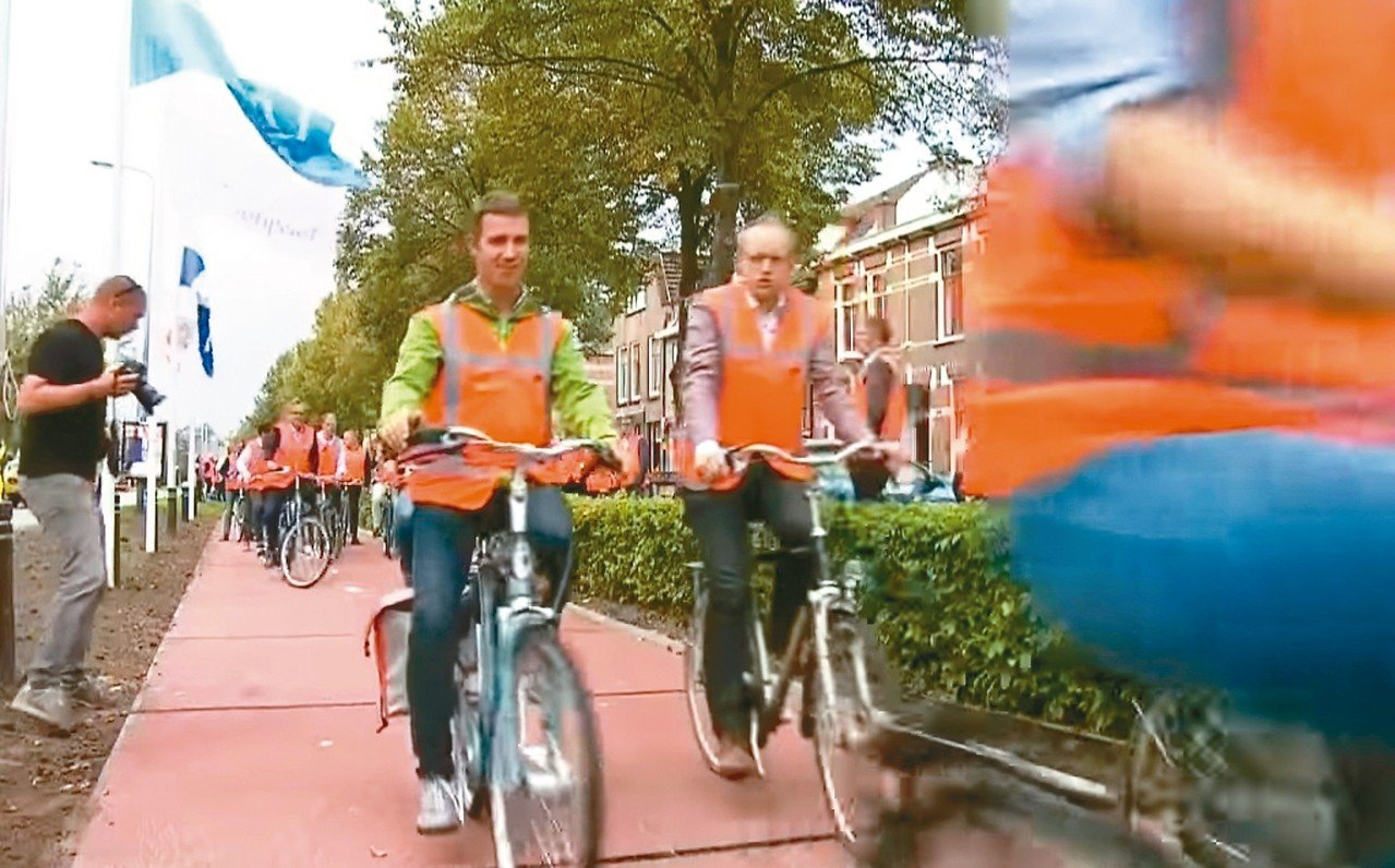 荷蘭本周啟用全球第一條使用回收材料的塑膠自行車道。 圖/截自RTL
