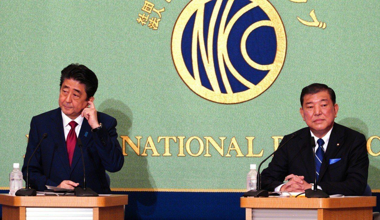 自民黨總裁選舉首場公開辯論,首相安倍晉三(左)與挑戰者石破茂針鋒相對。 美聯社