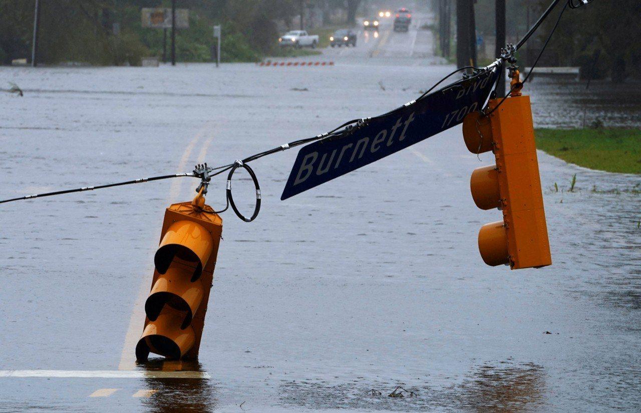 超級颶風佛羅倫斯(Florence)侵襲美國東岸,籠罩卡羅來納地區。圖為接近颶風...