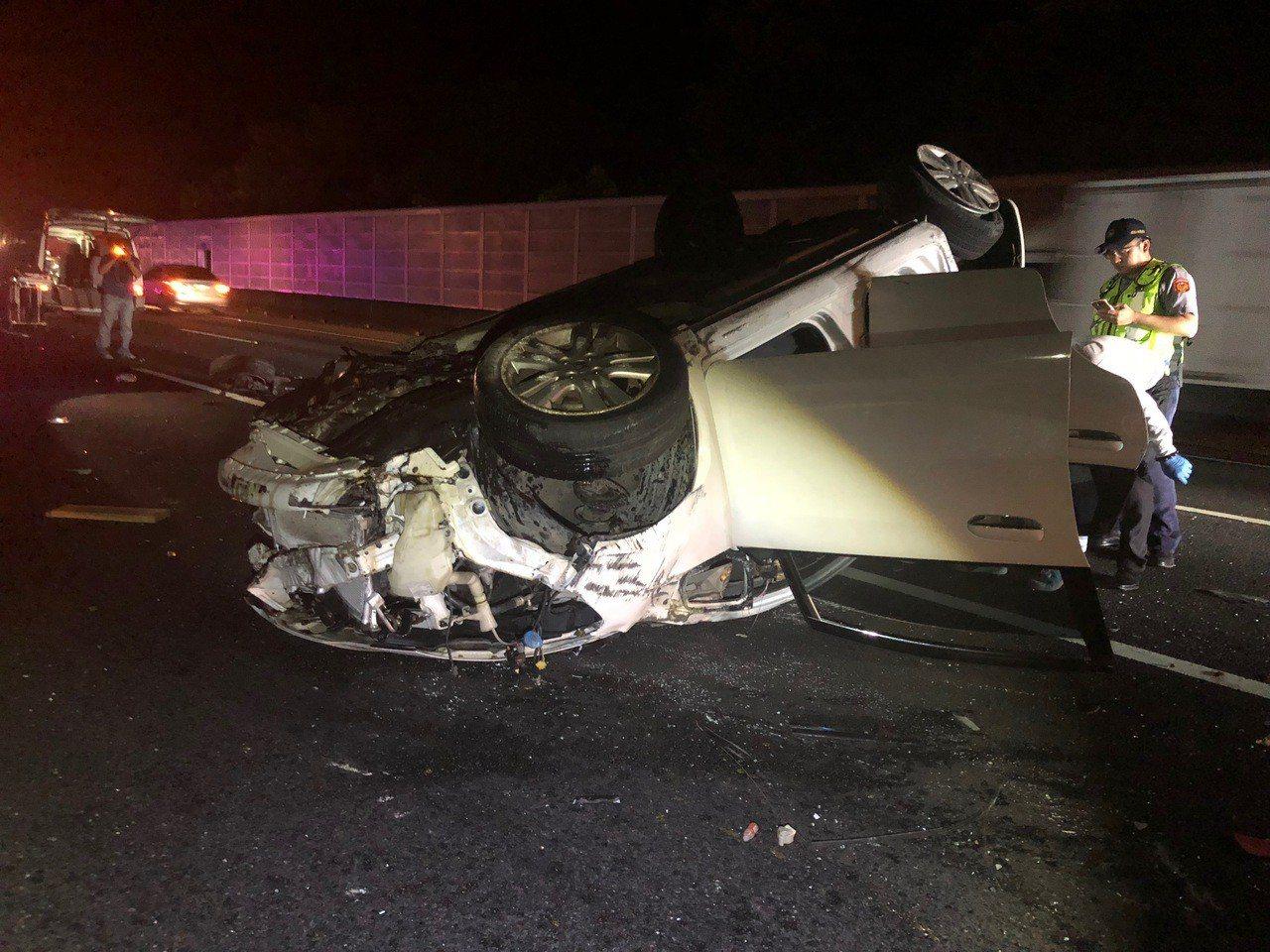 國道一號苗栗公館路段14日深夜發生死亡車禍,一輛自小客車行經北上130.5公里處...
