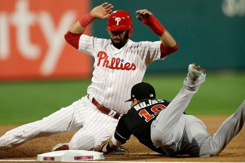 費城人外野手巴提斯塔(左)一局下攻佔二壘時,因為離壘過遠遭到馬林魚捕手瑞爾穆托的...