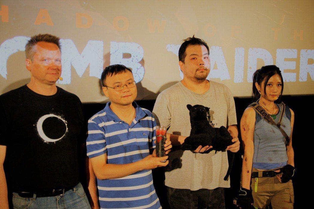 Arne為台灣粉絲送上特別的禮物,布偶為遊戲中出現的黑豹。