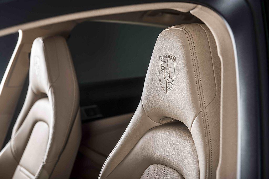 前後座椅頭枕附保時捷盾型徽飾印記。 圖/Porsche提供