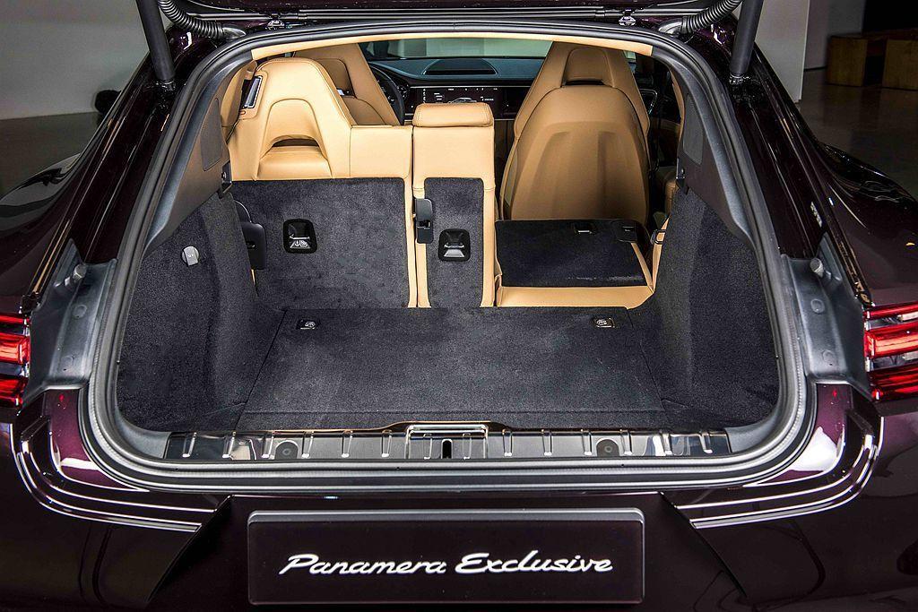 具備4/2/4分離式椅背傾倒功能,以利於擴充承載空間。 圖/Porsche提供
