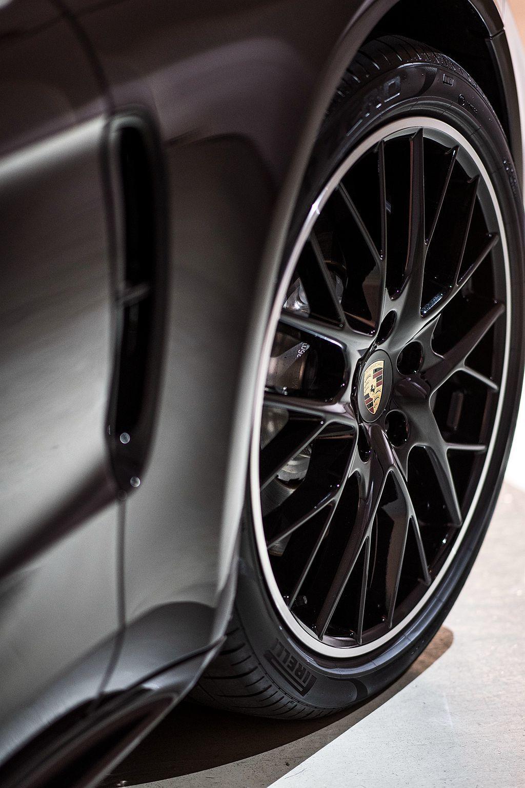 21吋PanameraSportDesign高亮澤黑色烤漆鋁圈。 圖/Porsche提供