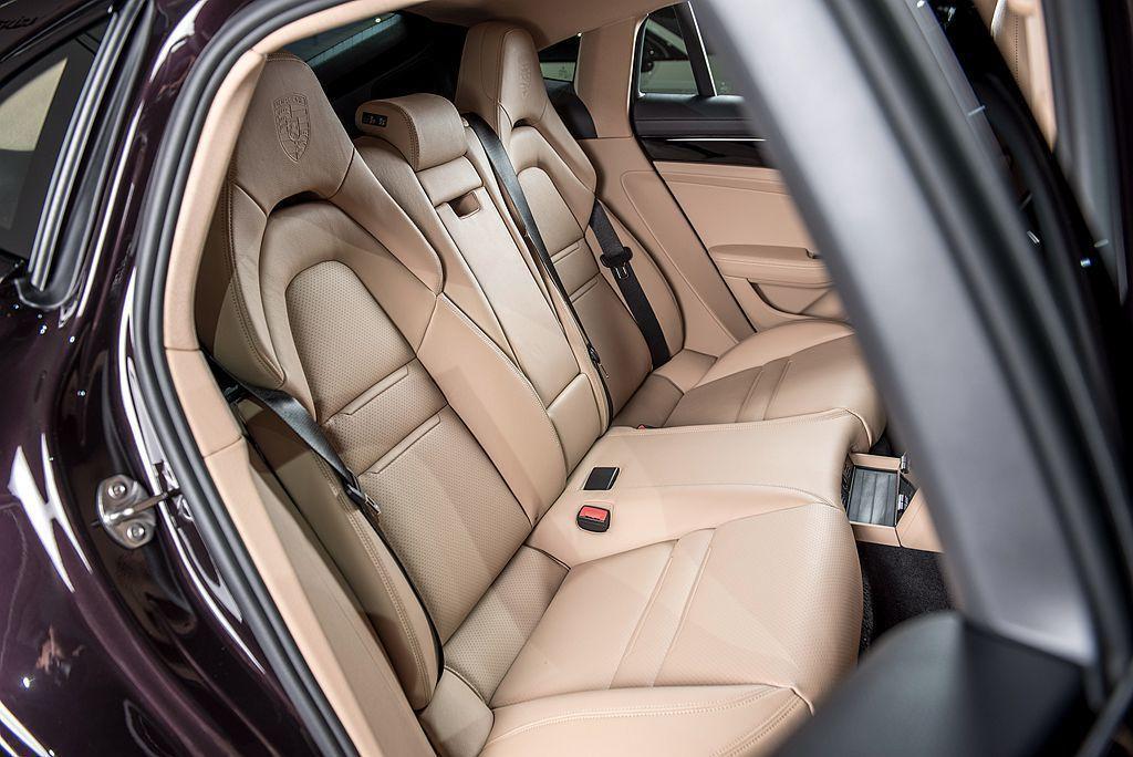 保時捷Panamera Exclusive選配特殊的後座2+1舒適座椅。 圖/Porsche提供