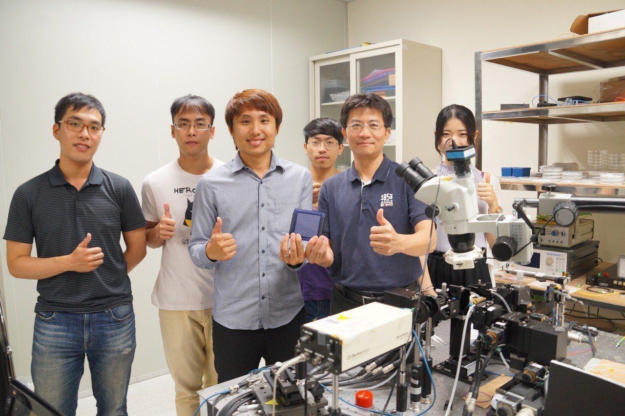 中央大學光電系陳彥宏主任(右)與鍾宏彬博士後研究員(左)持最新的量子光源晶片,這...