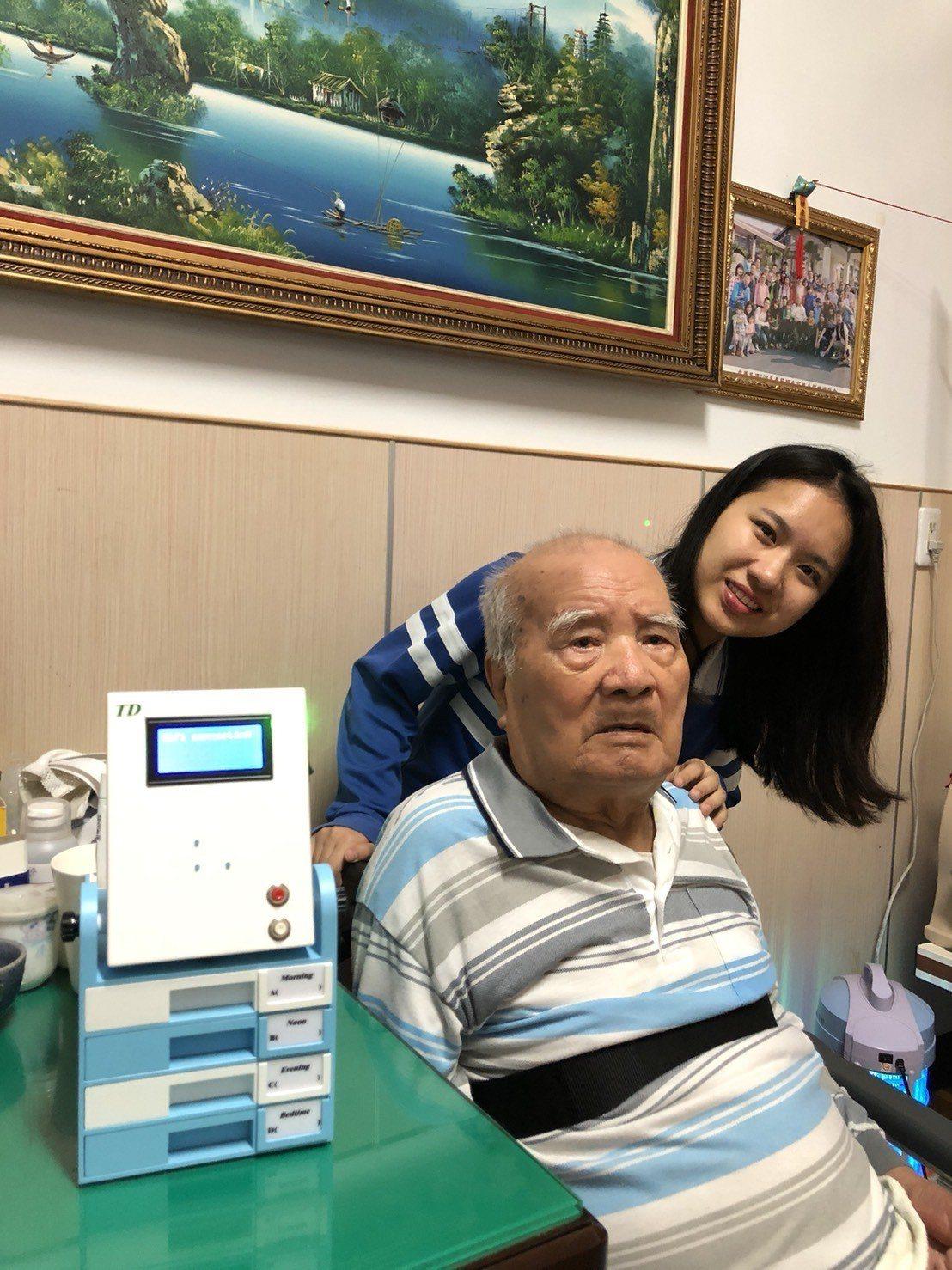 明道中學學生賴詩涵(右)為了97歲曾祖父(左)發明「T-D溫馨-用藥盒」。圖/明...