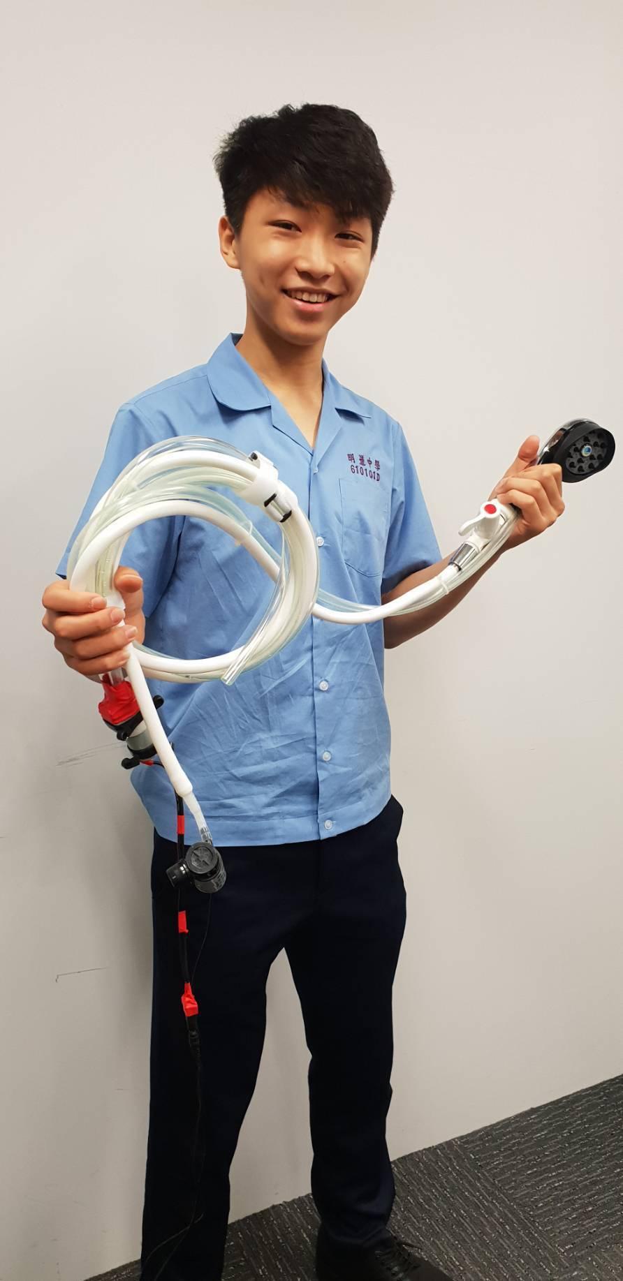明道中學學生江承蔚發明「可攜式身體清洗裝置」。圖/明道中學提供
