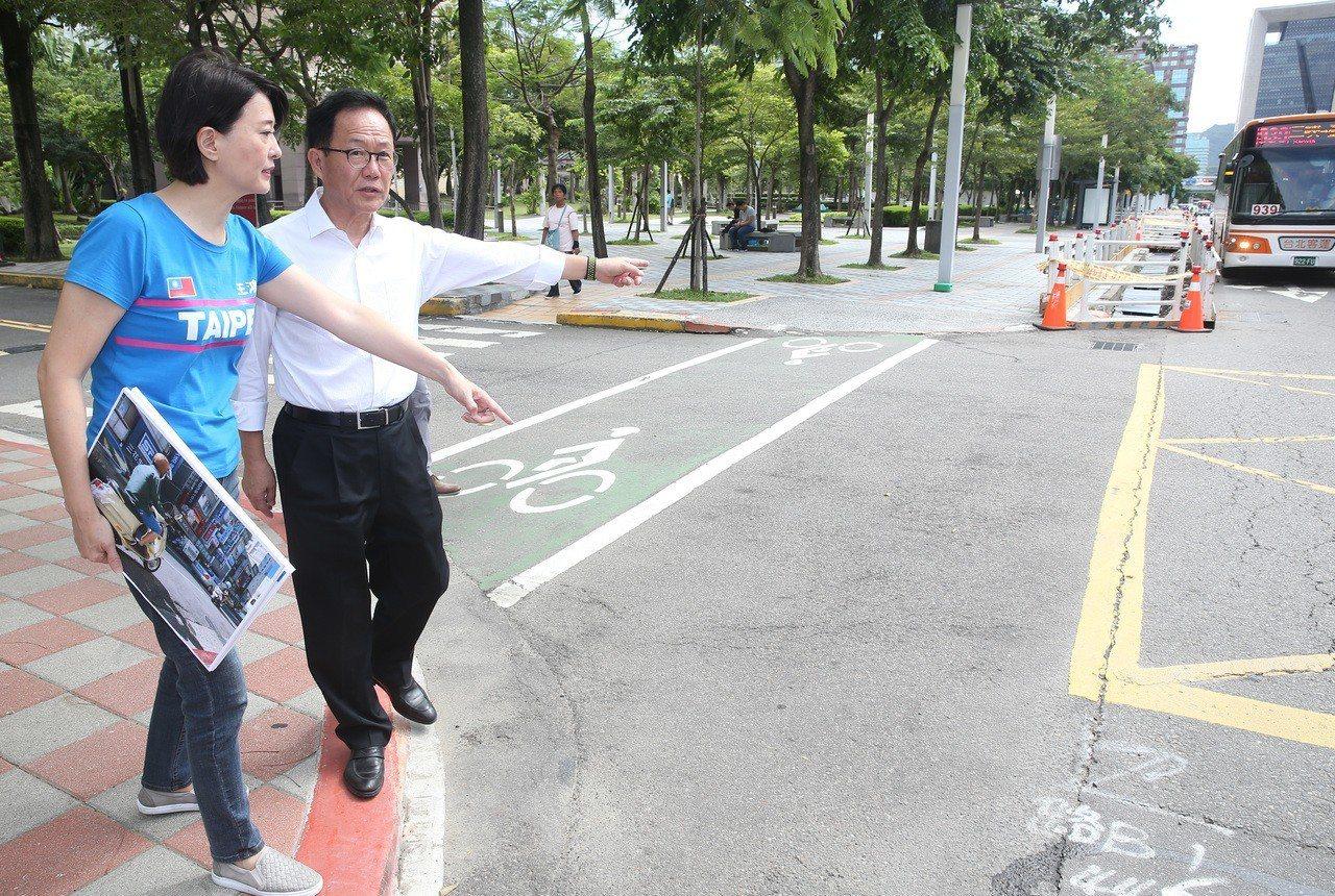 國民黨台北市長參選人丁守中(右)昨天和議員王鴻薇(左)舉行「路不平造成國賠案」記...