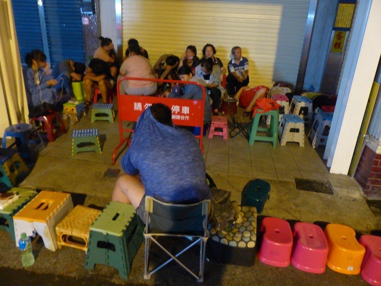 不二家排隊的椅子長龍。記者劉明岩/攝影