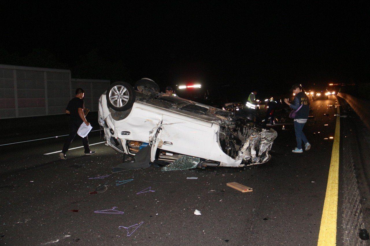 中山高苗栗公館北上路段昨天深夜11點多發生轎車翻車事故,車內一對男女被拋出車外雙...