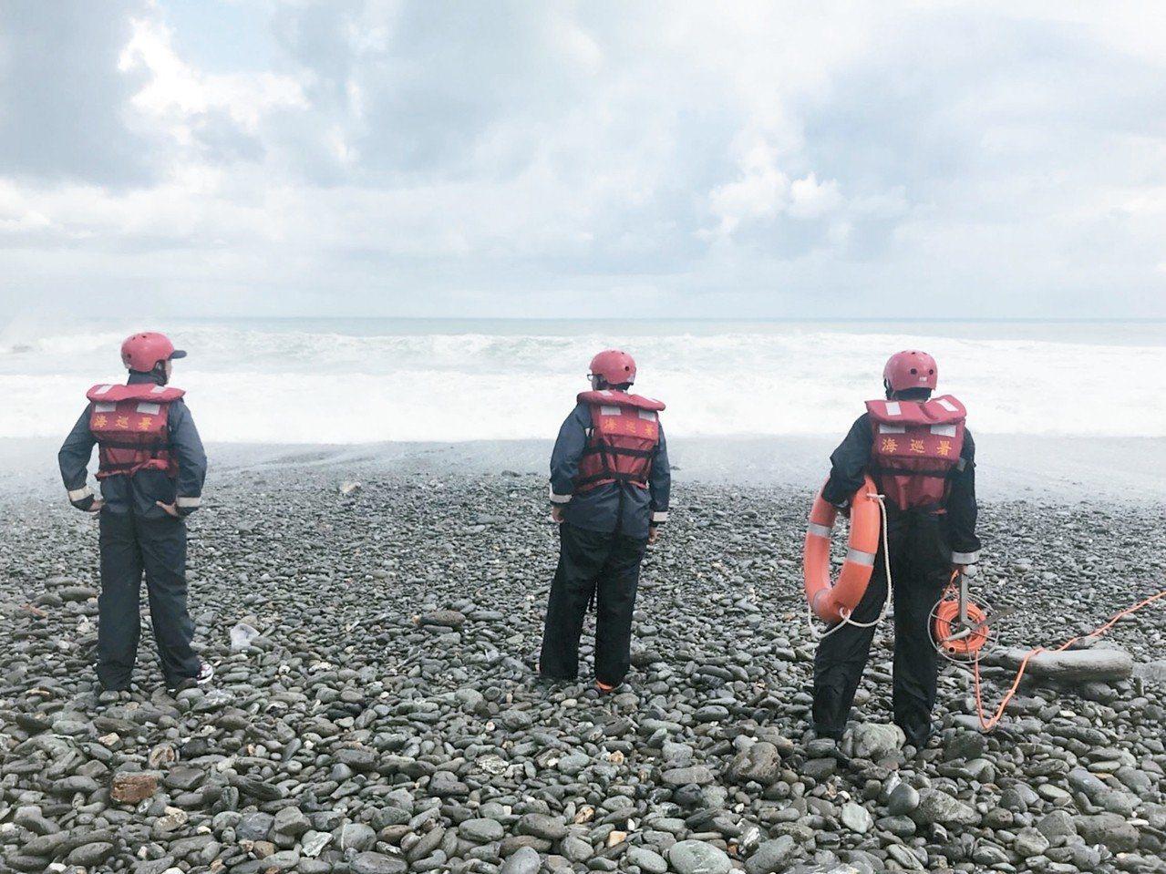 東澳粉鳥林海邊昨天下午驚傳溺水意外,巨浪捲走一名陳姓國中女老師,海巡署、消防局、...