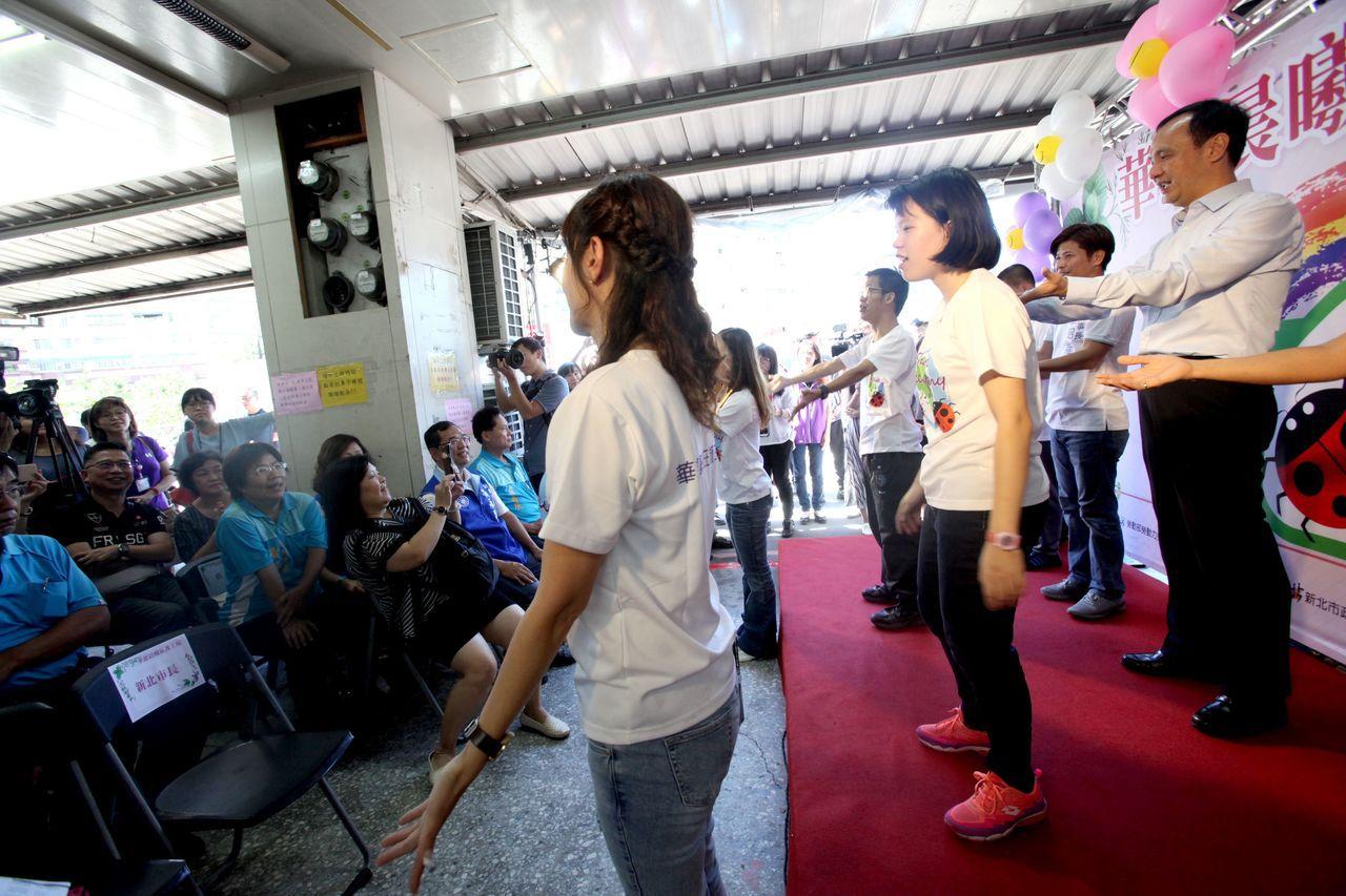 朱立倫出席庇護工場揭牌前,和孩子們歡樂共舞。記者王敏旭/攝影