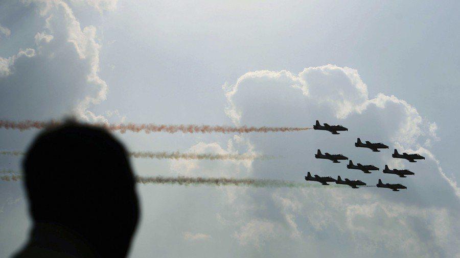 沉迷使用社群軟體,影響印度空軍飛安。圖為印度空軍在航空展表演。路透