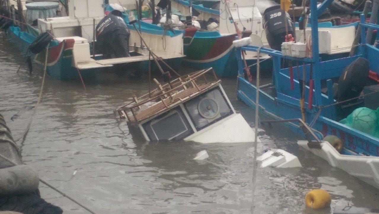 停放大武漁港港區內的「阿甘號」漁船,經不起撞擊,船身破裂半沉。記者尤聰光/攝影