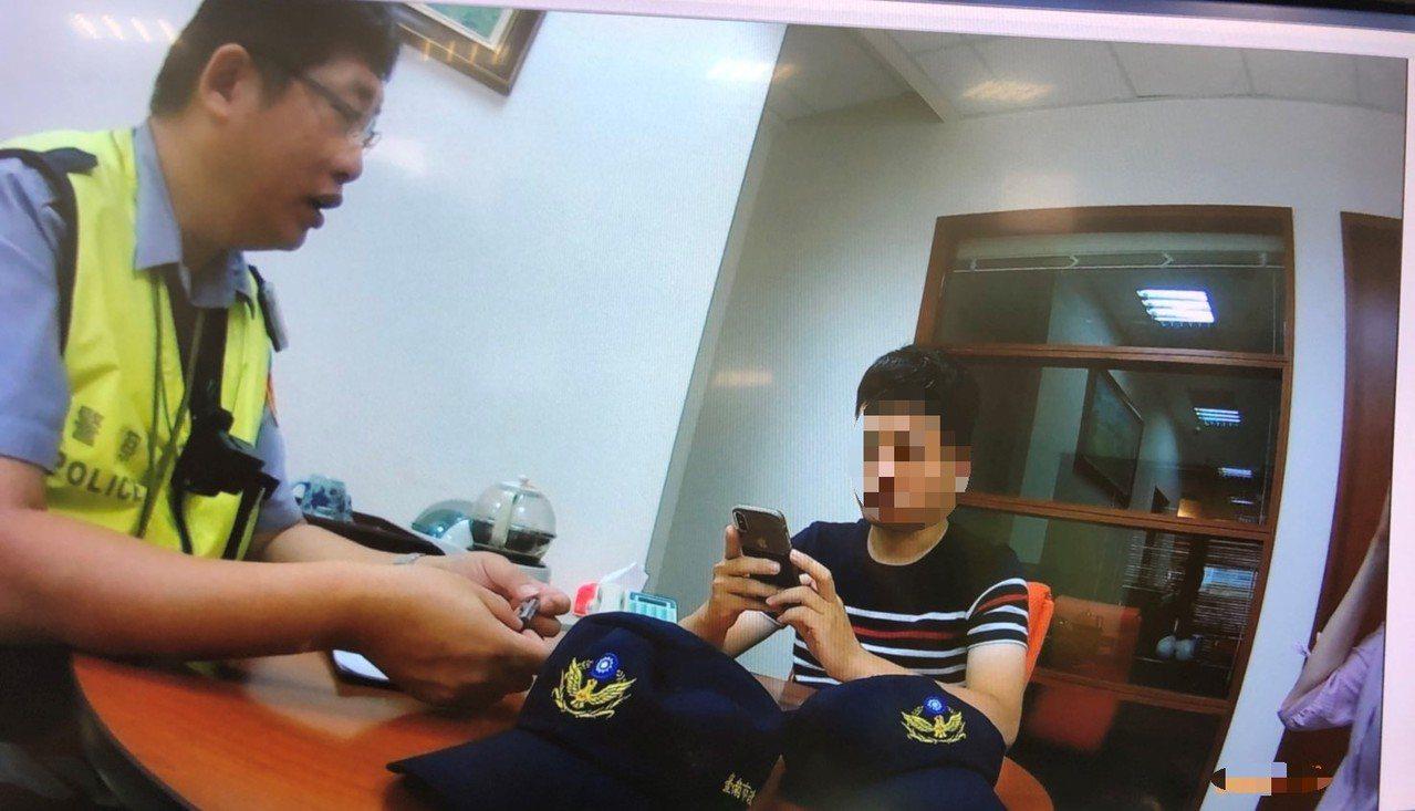 陳姓男子接獲外國友人來電,要他緊急匯款解圍,員警說明這是詐騙手法。 圖/員警提供