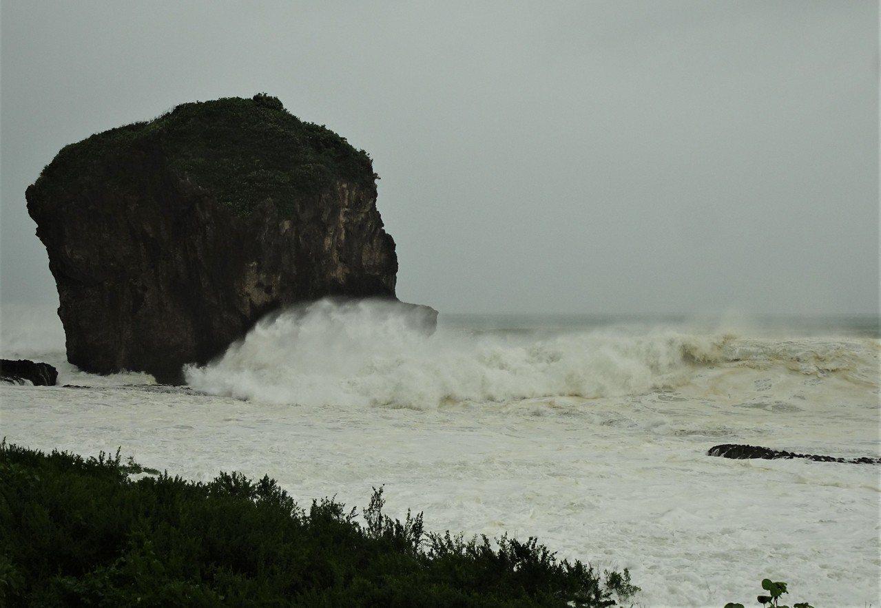 強烈颱風山竹暴風圈外圍今天上午擦過鵝鑾鼻南方海域,在海岸掀起逾4公尺高巨浪。 記...