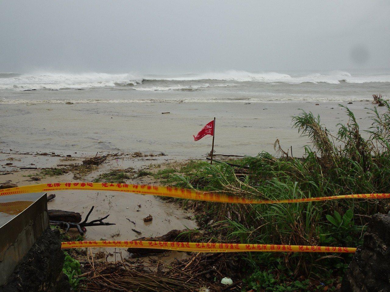 強烈颱風山竹暴風圈外圍今天上午擦過鵝鑾鼻南方海域,在海岸掀起逾4公尺高巨浪,海岸...
