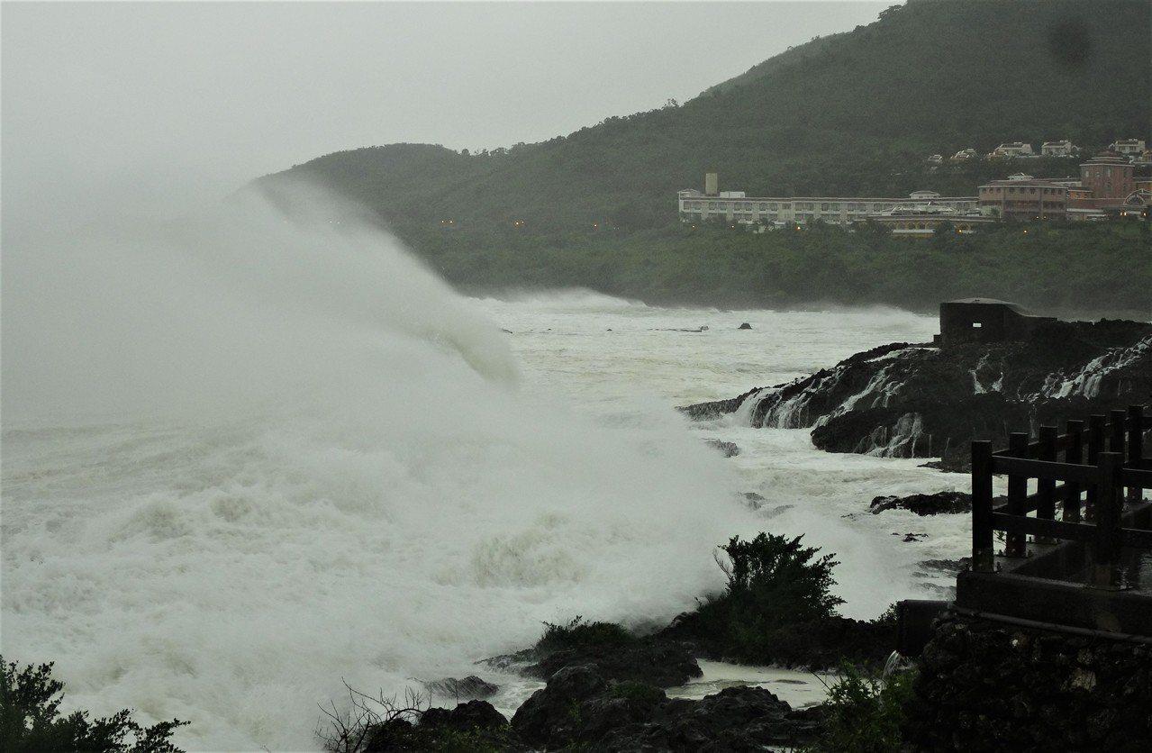 強烈颱風山竹暴風圈外圍今天上午擦過鵝鑾鼻南方海域,在海岸掀起逾4公尺高巨浪。記者...