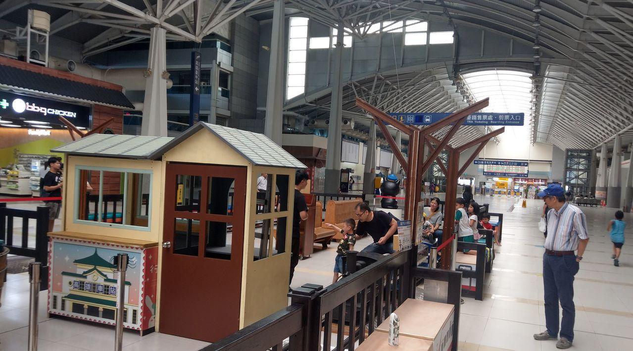 台鐵新烏日站二樓商店街2樓商店街,鋼構白色透明拱頂下,新店鋪開張,還有小火車在跑...