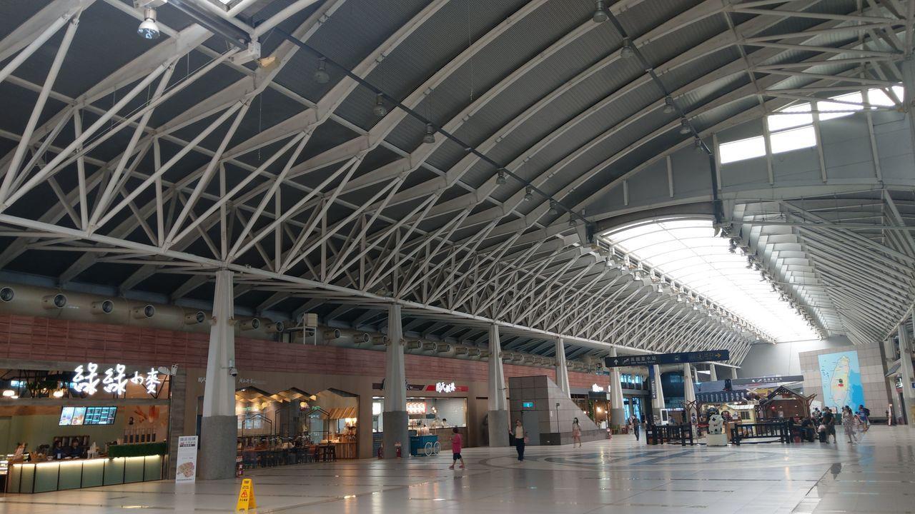 台鐵新烏日站二樓商店街2樓商店街,鋼構白色透明拱頂下,兩排嶄新落地窗新店鋪開張,...