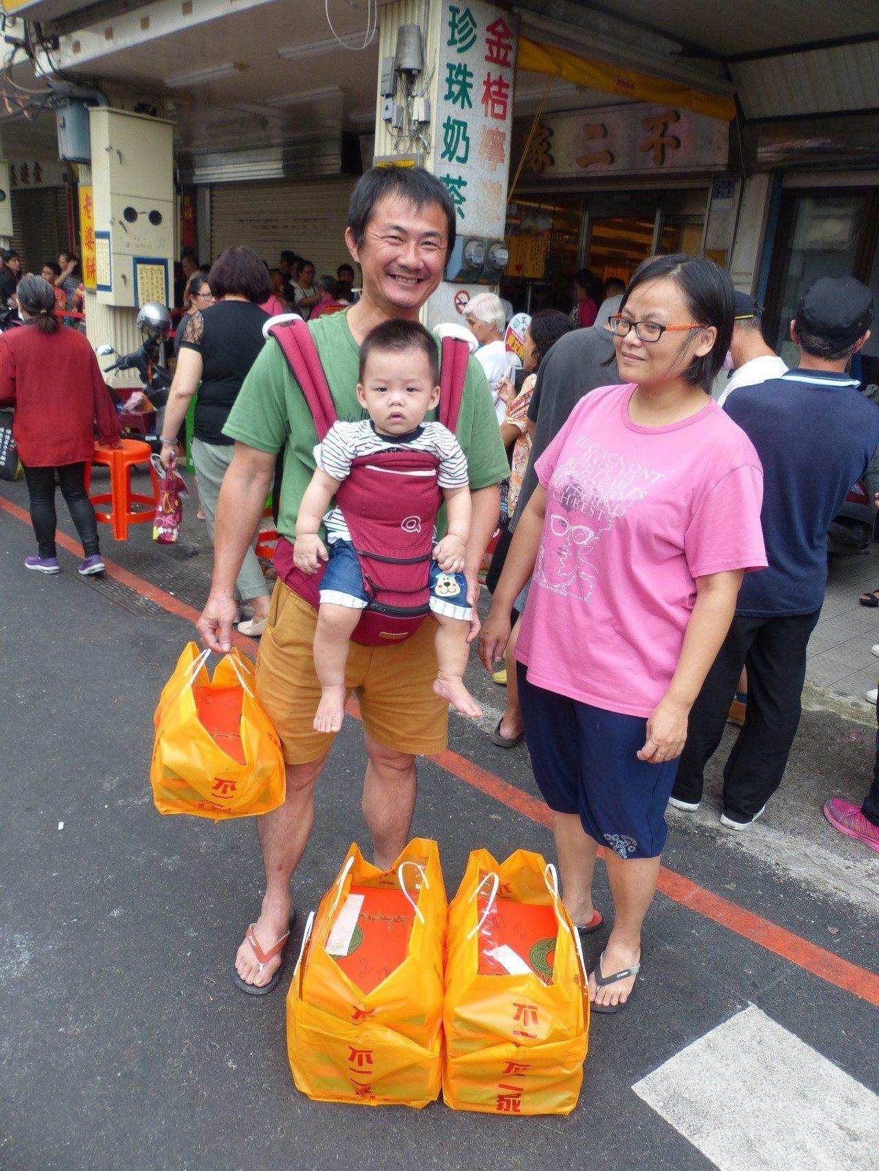 這家人從昨晚排到今天上午。終於買到不二家店黃酥,為之樂不可支。記者劉明岩/攝影