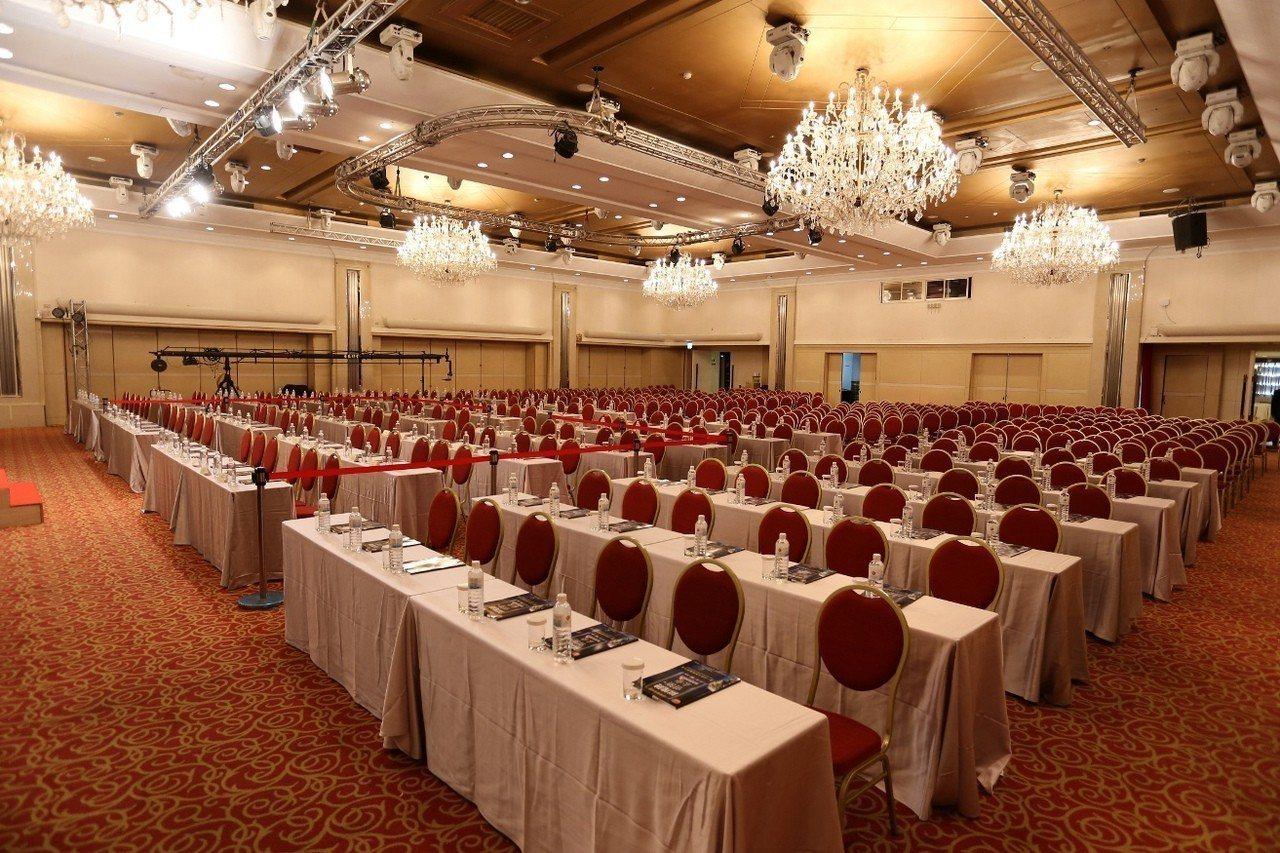 國際大會堂挑高5米、格局方正、無樑柱,搭配典雅的水晶吊燈,最多可容納1,000人...