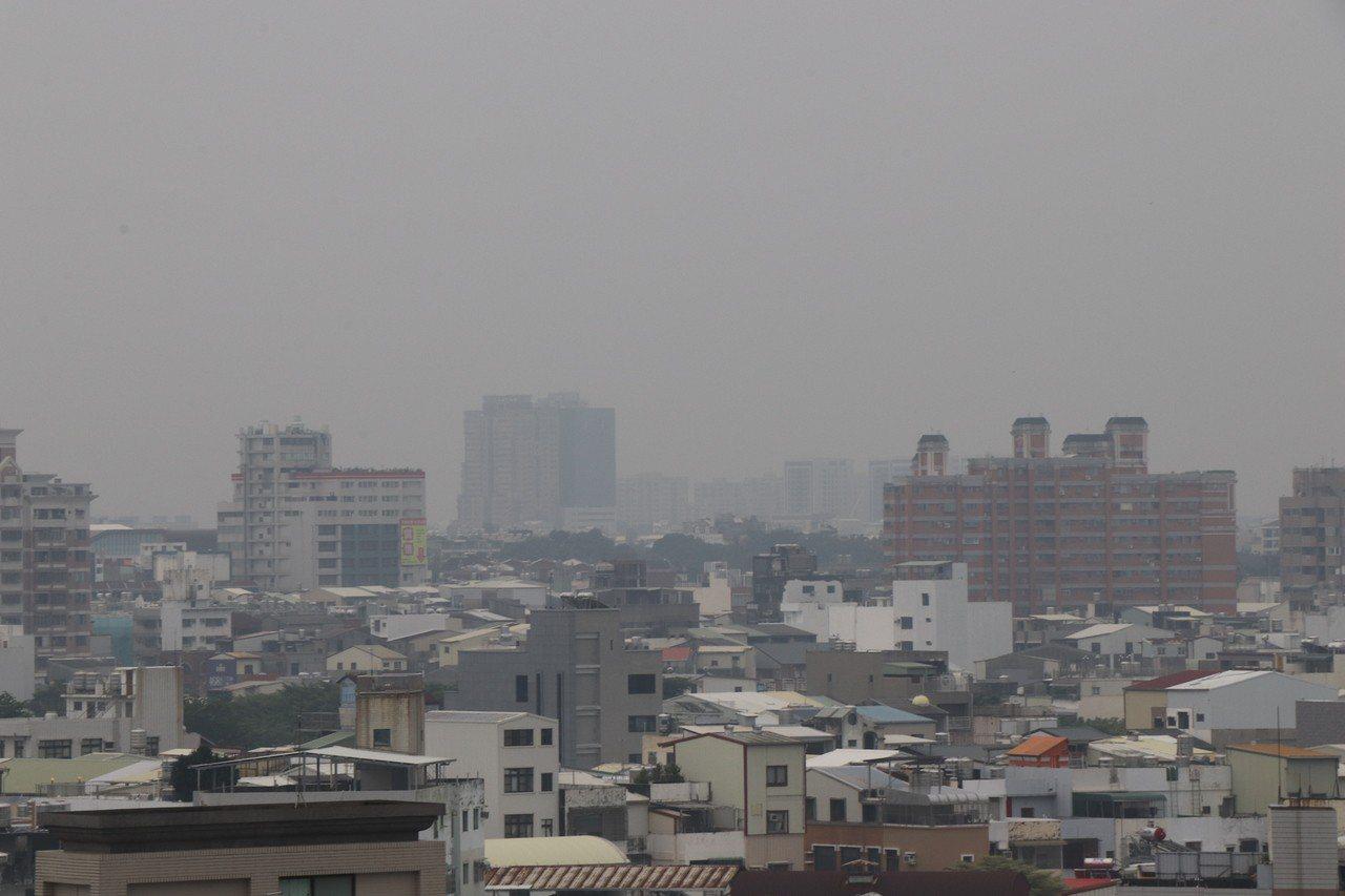 受到山竹颱風環境風場影響,台南市區霧濛濛一片,但環保署空品監測網顯示為「普通」黃...