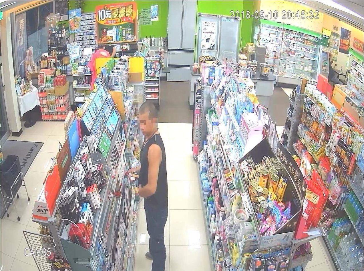 林姓男子在超商涉嫌偷行動電源,正塞進褲襠。記者林保光/翻攝