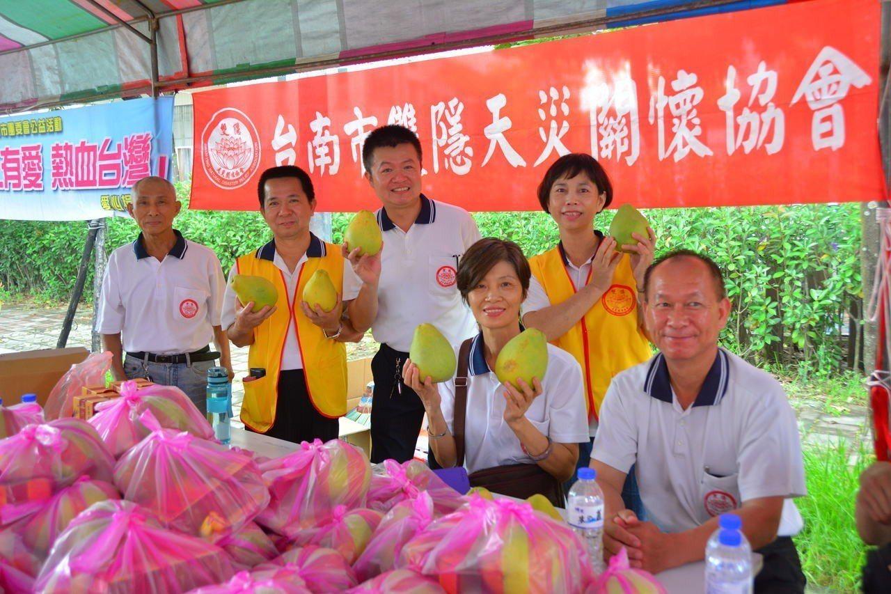 公益團體今天在台南市新化國小前舉辦捐血活動,因應中秋佳節快到了還加碼送麻豆文旦。...