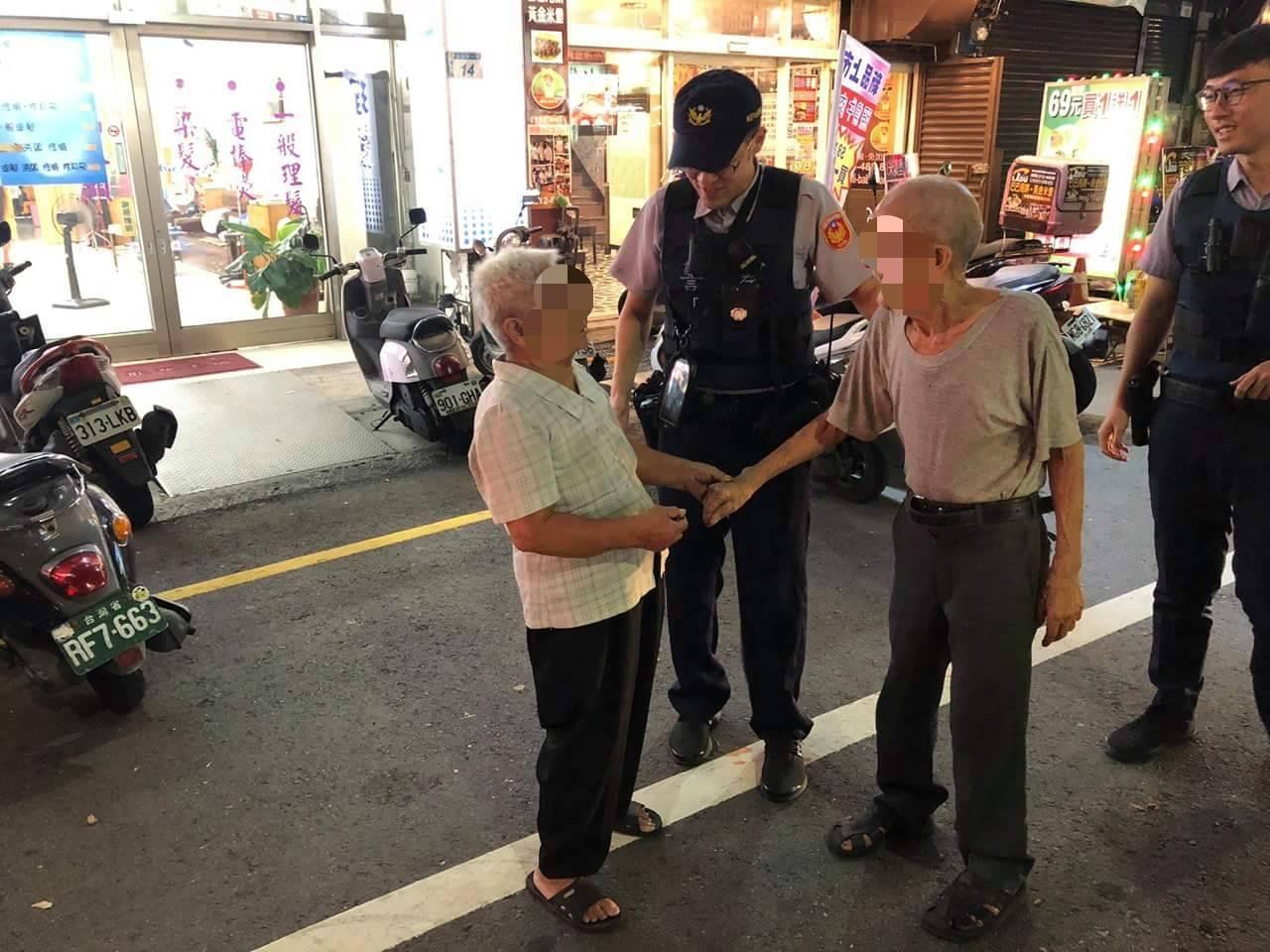 桃園市蘆竹區1名89歲老翁於派出所前徘徊,警方詢問其姓名,老翁無法言語,卻能清楚...