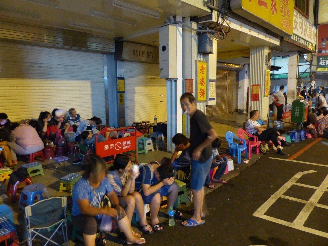 不二家店外的排隊長龍,今天清晨四點就排了兩百多公尺。記者劉明岩/攝影