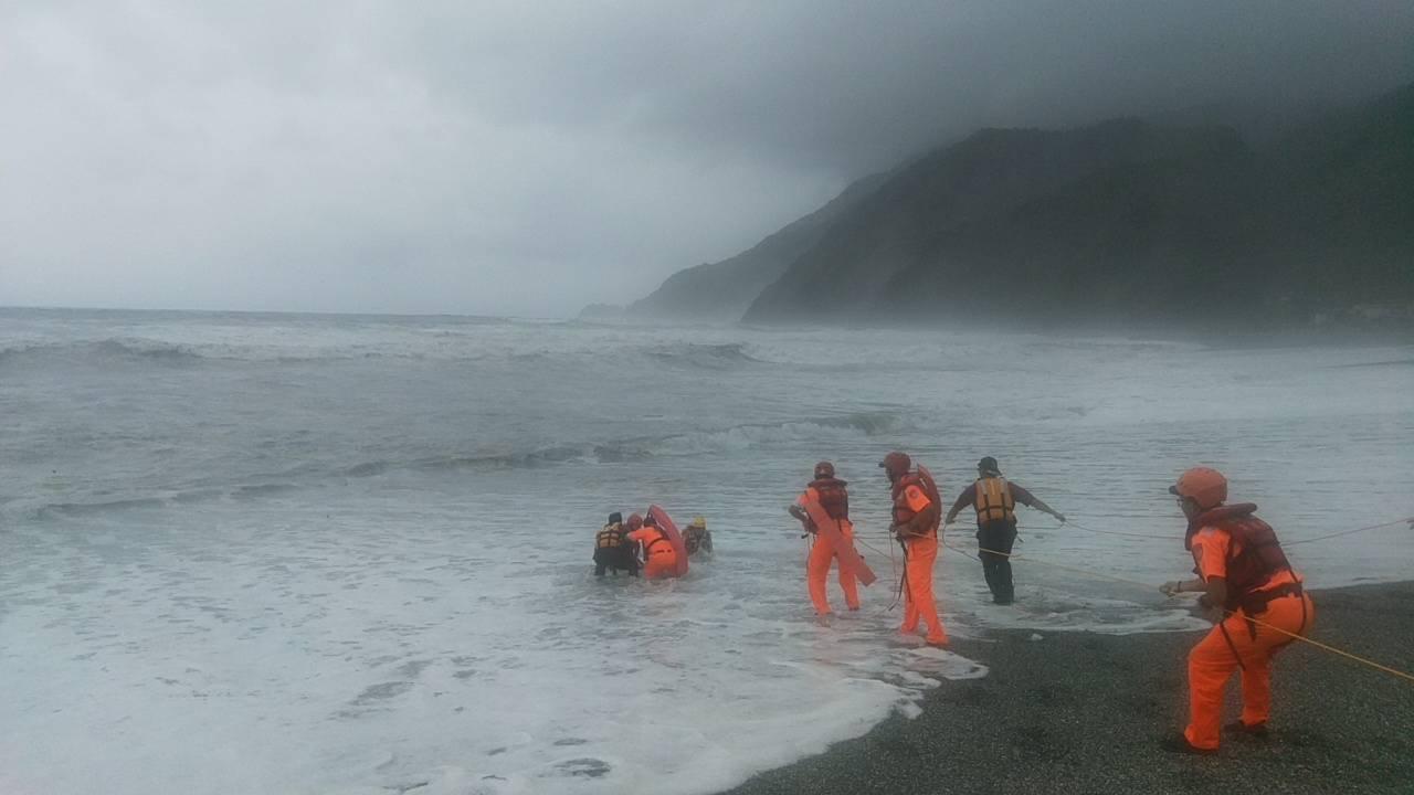 宜蘭縣消防局與海巡署今天在蘇澳鎮內埤海灣,發現落海的陳姓女老師遺體,打撈上岸。圖...