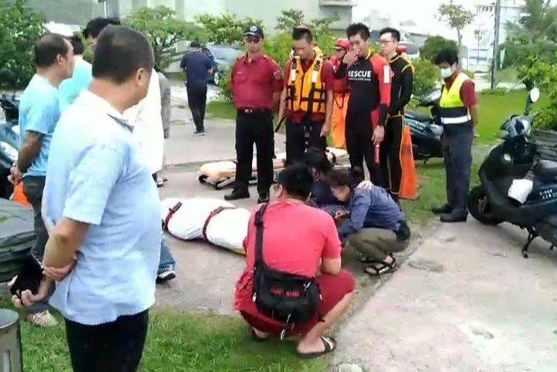 今天在蘇澳內埤海灣發現的遺體,確認是昨天被巨浪捲走的陳姓女老師 家人友人認屍...
