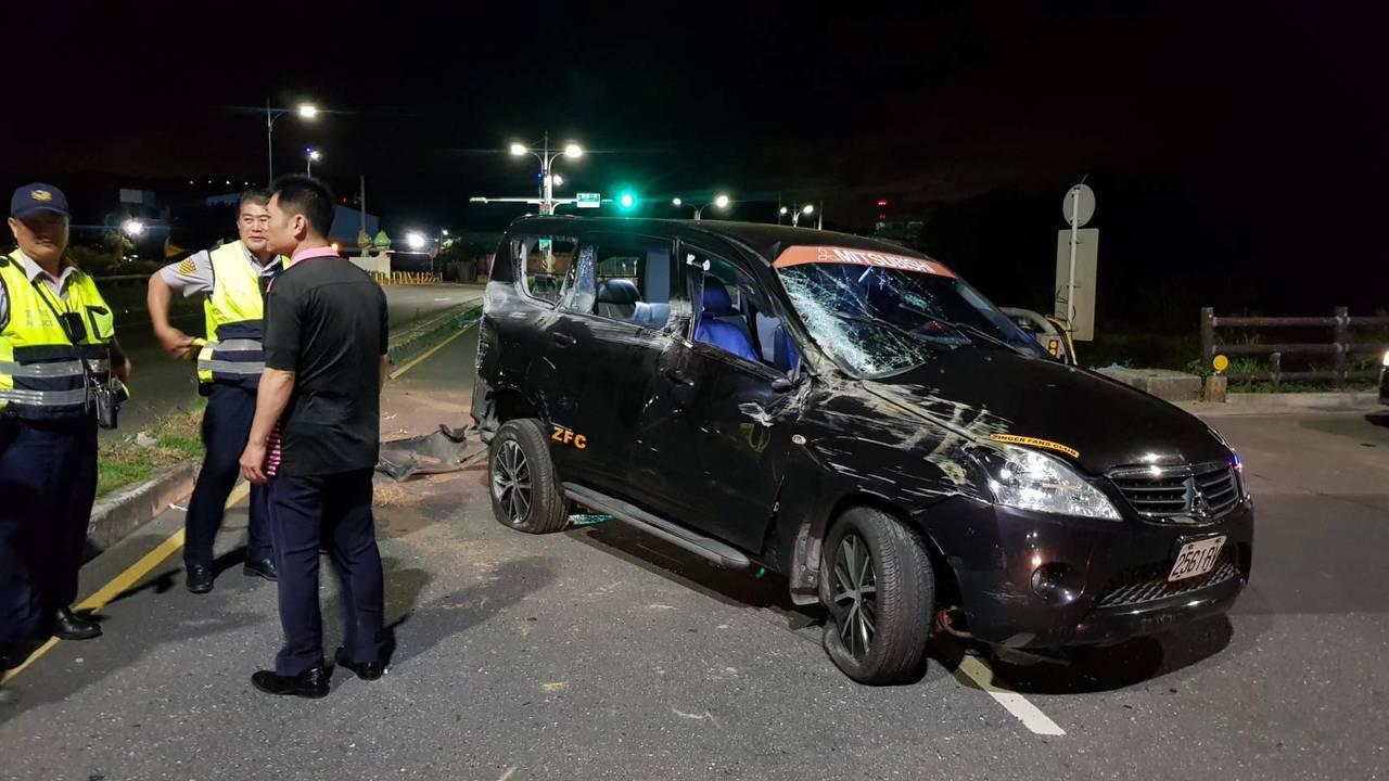 一輛黑色休旅車今天凌晨行經新北市八里區八仙樂園前,疑似因車速過快過彎失控,衝撞分...