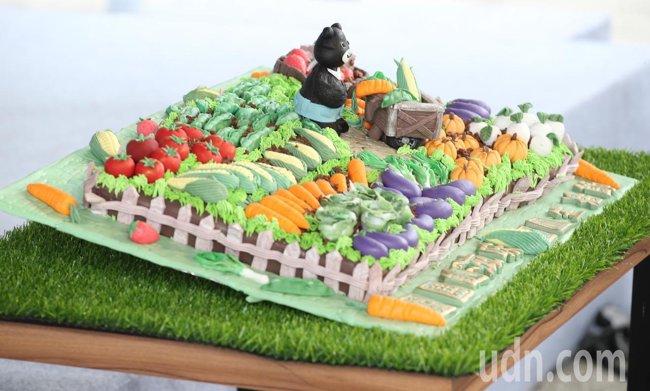 融入熊讚與園圃種植的翻糖蛋糕。記者葉信菉/攝影